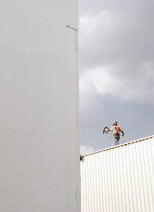 man op dak